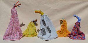 Foto de cinco fantoches do artista Cacau Arcoverde