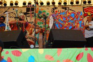 Foto de Cacau Arcoverde dançando no palco