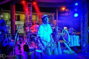 Foto de Cacau Arcoverde com sua percussão
