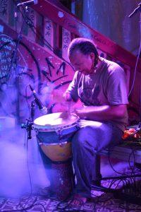 Imagem de percussionista tocando